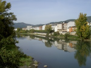 The river Sil drift quietly through the town